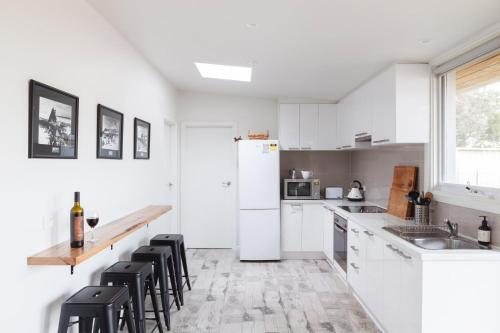 A kitchen or kitchenette at Sandy point hideaway