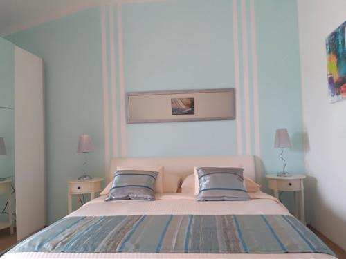 A bed or beds in a room at Apartments & Rooms Vitt