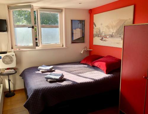 Ein Bett oder Betten in einem Zimmer der Unterkunft Houseboat Westerdok
