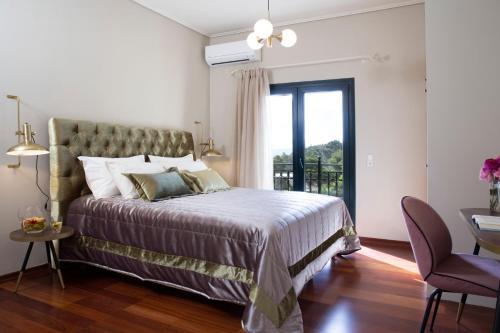 Кровать или кровати в номере Avra Private Suites