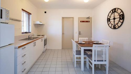 A kitchen or kitchenette at Cascades 7- Centrally located with beautiful views