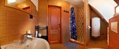 A bathroom at Penzion Kříž