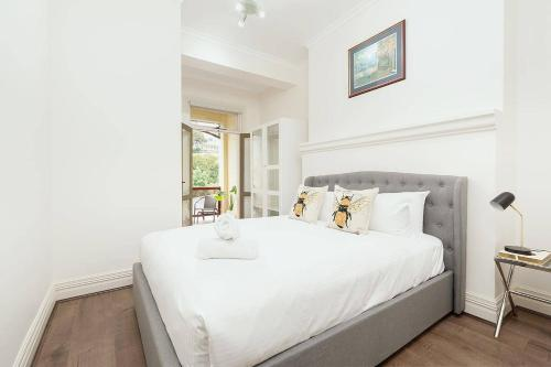 A bed or beds in a room at STUNNING SYDNEY HOME 6