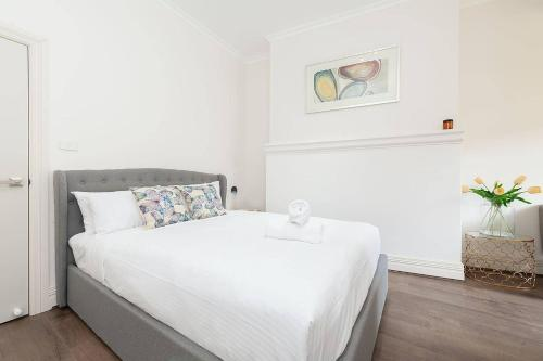 A bed or beds in a room at STUNNING SYDNEY HOME 8