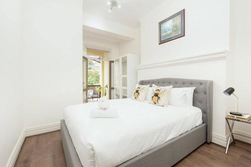 A bed or beds in a room at STUNNING SYDNEY HOME 11