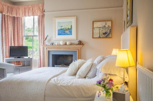 A bed or beds in a room at Finglen House