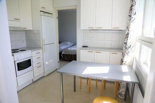 Ett kök eller pentry på Summer Hotel Vuorilinna