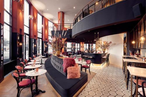 A restaurant or other place to eat at Van der Valk TheaterHotel De Oranjerie
