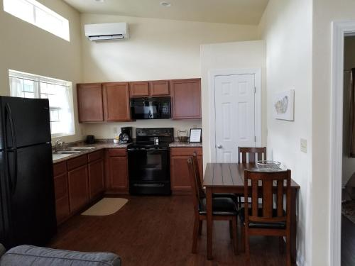 A kitchen or kitchenette at Sunset cottages