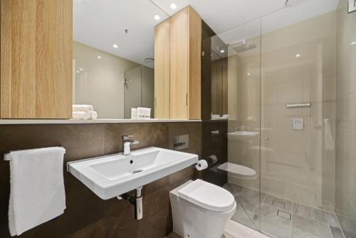 A bathroom at New 2 beds Apt mins walking to Darling Harbour,QVB