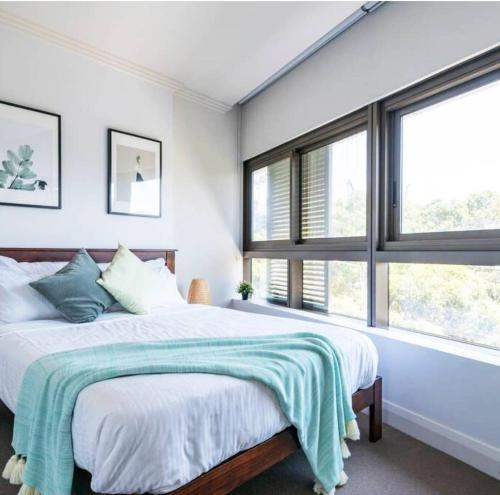 A bed or beds in a room at Recreational apt Nearby ANZ Stadium