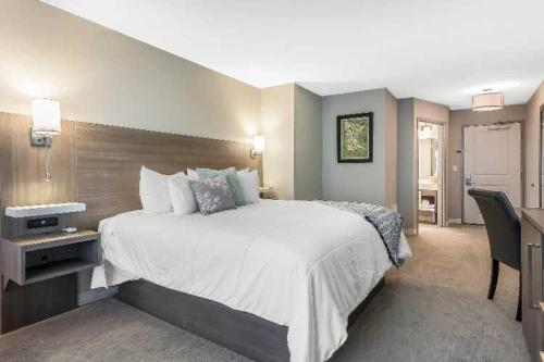 A bed or beds in a room at Lakes Inn at Dunvilla