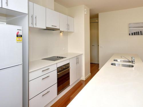 A kitchen or kitchenette at Executive Garden Apartment