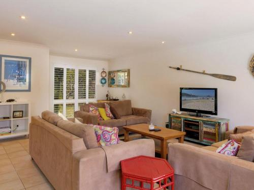 A seating area at Three Bedroom Home plus Pool