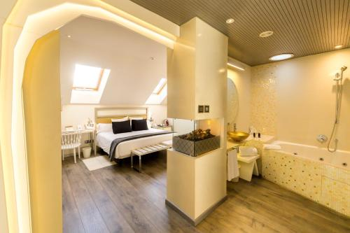 A bed or beds in a room at Hotel & Spa Princesa Munia