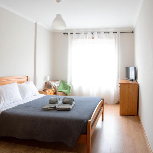 Uma cama ou camas num quarto em Madalena Beach Apartment by MP