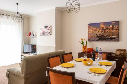 Um restaurante ou outro lugar para comer em Madalena Beach Apartment by MP