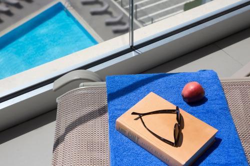Vue sur la piscine de l'établissement Harmony Bay Hotel ou sur une piscine à proximité