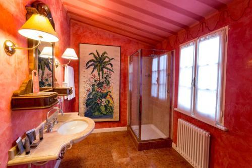 A bathroom at Palazzo Dalla Rosa Prati
