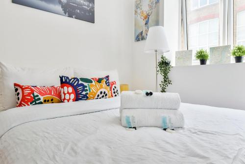 A bed or beds in a room at Wonderful Studio Flat In Camden Town-For 3 People