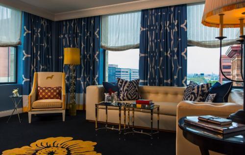 A seating area at Kimpton Hotel Monaco Philadelphia, an IHG hotel