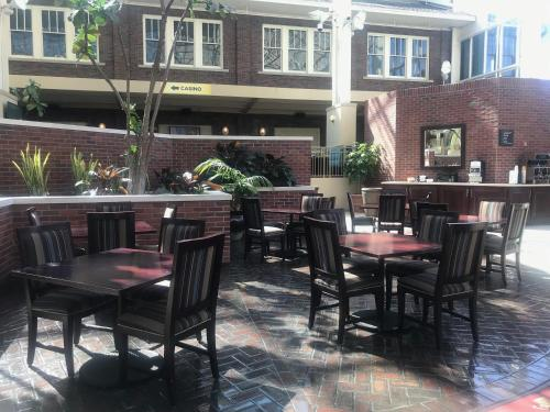 A restaurant or other place to eat at Belle of Baton Rouge Hotel