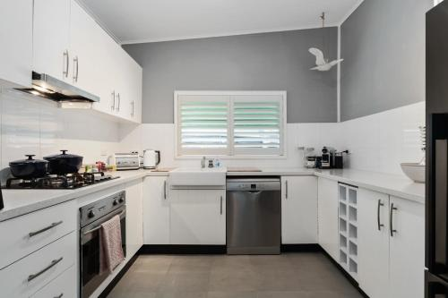 A kitchen or kitchenette at Amber Cottage; Luxury Seaside Retreat with outdoor spa!