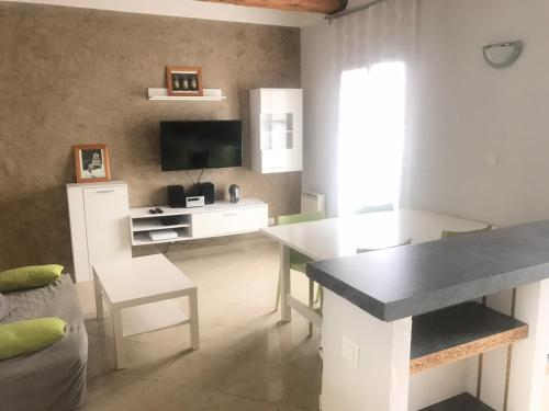 A kitchen or kitchenette at Bel appartement T3 centre-ville