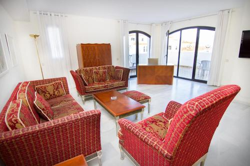 A seating area at Park Plaza Suites Apartamentos