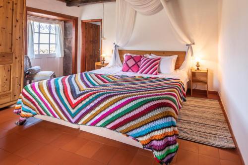 A bed or beds in a room at Aldeia da Cuada