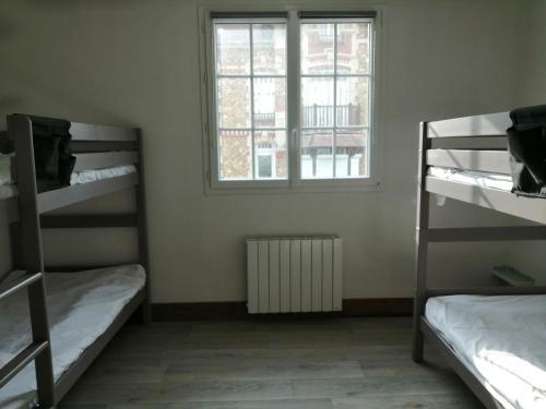 A bunk bed or bunk beds in a room at Hotel de Normandie