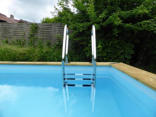 Het zwembad bij of vlak bij La Maison Chouette