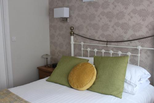 A bed or beds in a room at Fernleigh Guest House