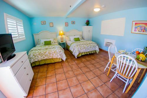 A bed or beds in a room at Leucadia Beach Inn