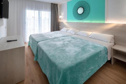 A bed or beds in a room at Hotel Best Lloret Splash