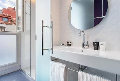 A bathroom at One Shot Prado 23