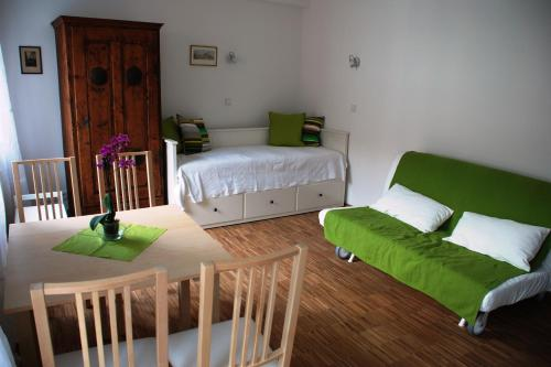 A bed or beds in a room at Altstadt-Apartment