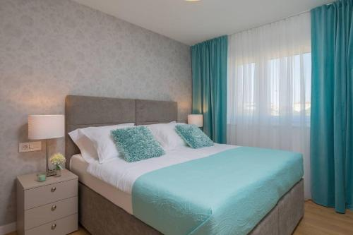 A bed or beds in a room at UNIQUE LUXURY APARTMENT MILA WITH SEA VIEW