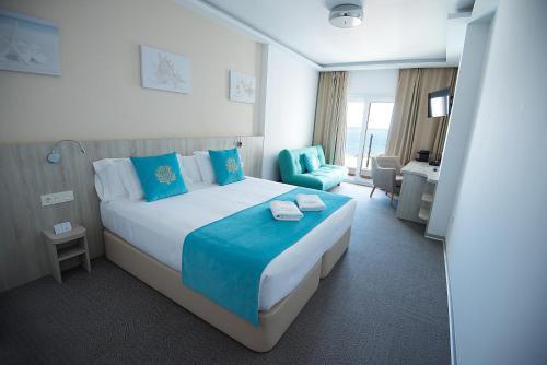 A bed or beds in a room at Hotel Sol de Jávea