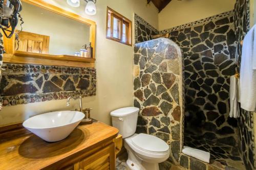 A bathroom at Hotel Santa Catalina Panamá