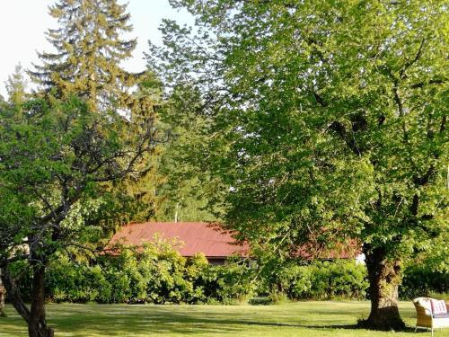 En trädgård utanför Villa Lind B&B