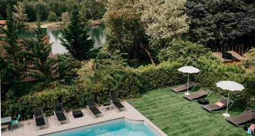 Ein Blick auf den Pool von der Unterkunft Best Western Bridge Hotel Lyon East oder aus der Nähe