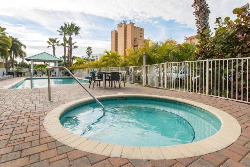 The swimming pool at or close to Treasure Bay Resort & Marina
