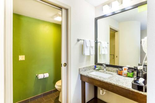 A bathroom at Sleep Inn & Suites Kingsport TriCities Airport