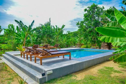 The swimming pool at or close to Richards Cabanas