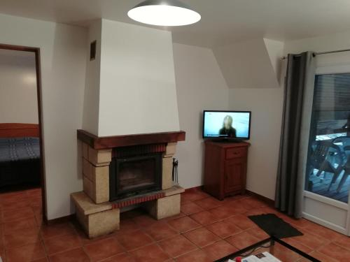 A television and/or entertainment center at Chambres d'hôtes Edoniaa