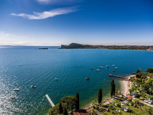 Een algemene foto of uitzicht op zee vanuit de camping