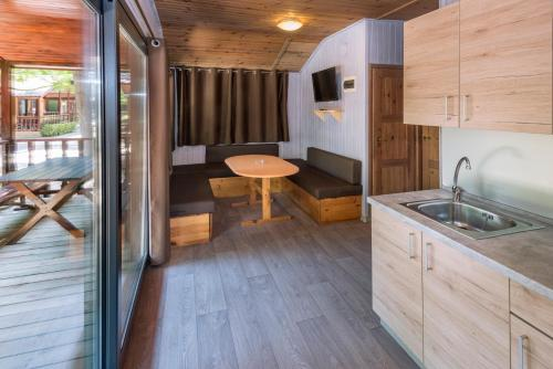 A kitchen or kitchenette at Camping Solmar