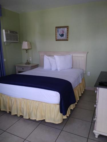 A bed or beds in a room at Fountain Cottages Inn