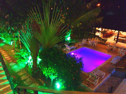 Uma vista da piscina em Maresias Caracalla Flats ou nos arredores